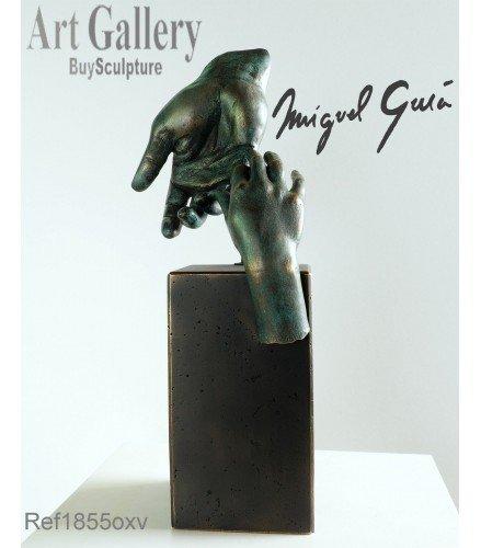 Escultura La mano del padre en Bronce Oxido Verde